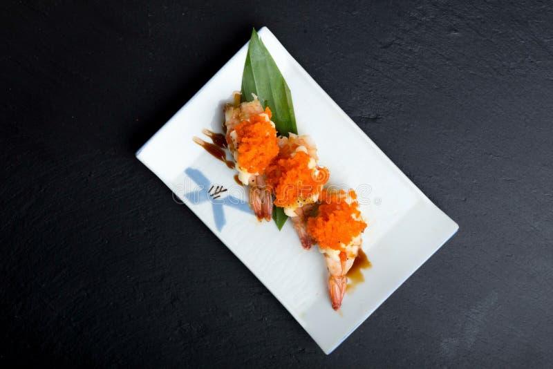 Δημιουργικές ιαπωνικές επιλογές τροφίμων, βρασμένες στον ατμό σούσια γαρίδες στοκ εικόνα