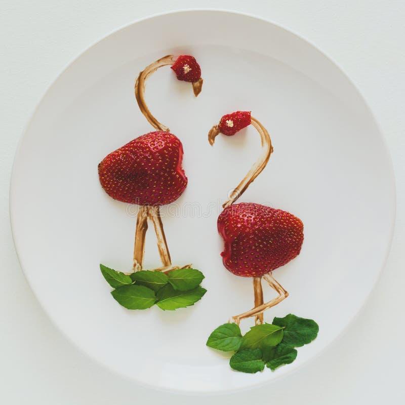 Δημιουργική έννοια τέχνης τροφίμων Φλαμίγκο στο άσπρο πιάτο Σύνθεση φραουλών, σοκολάτας και μεντών Τοπ όψη στοκ εικόνες με δικαίωμα ελεύθερης χρήσης