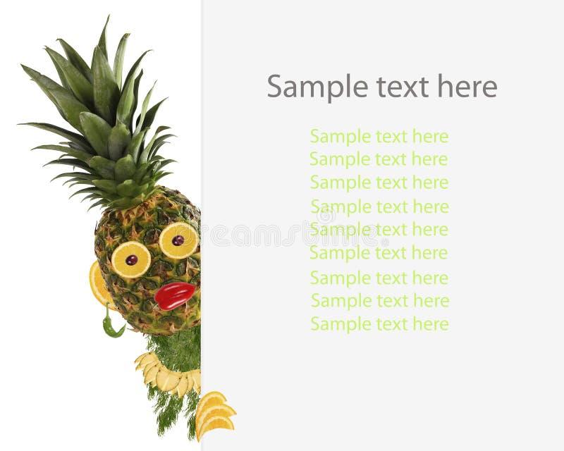 Δημιουργική έννοια τροφίμων Αστείος λίγος ανανάς κοιτάζει με το δείγμα ελεύθερη απεικόνιση δικαιώματος