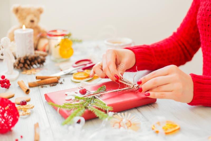 Δημιουργική γυναίκα που κάνει τα δώρα στοκ φωτογραφίες