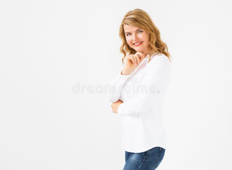 Δημιουργική γυναίκα στην άσπρη μπλούζα στοκ φωτογραφία με δικαίωμα ελεύθερης χρήσης