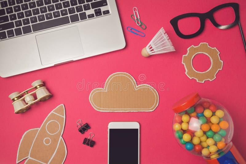 Δημιουργική εικόνα επιγραφών ηρώων σχεδίου με το σύννεφο smartphone και χαρτονιού Σύγχρονο υπόβαθρο επιγραφών ιστοχώρου στοκ εικόνες