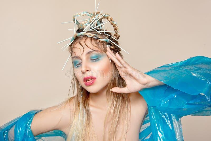 Δημιουργική εικόνα της γυναίκας μόδας με την αφηρημένη σύνθεση στοκ φωτογραφία