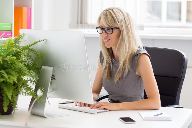 Δημιουργική επαγγελματική γυναίκα που εργάζεται με τον υπολογιστή στοκ φωτογραφία με δικαίωμα ελεύθερης χρήσης