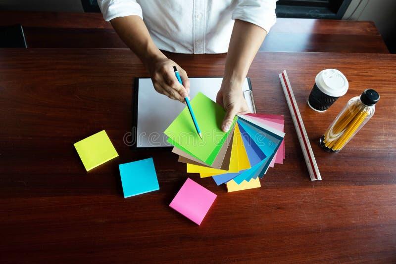 Δημιουργική εργασία για τα όμορφα χρώματα χρώματος, διάφορα χρώματα, τόνοι χρώματος, σύγκριση χρώματος στοκ φωτογραφία