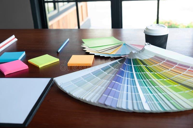 Δημιουργική εργασία για τα όμορφα χρώματα χρώματος, διάφορα χρώματα, τόνοι χρώματος, σύγκριση χρώματος στοκ φωτογραφίες