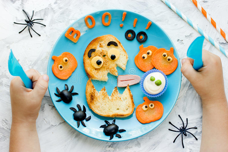 Δημιουργική ιδέα για το πρόγευμα ή το πρόχειρο φαγητό παιδιών αποκριών Αστείο monst στοκ φωτογραφία με δικαίωμα ελεύθερης χρήσης