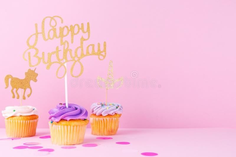 Δημιουργική κάρτα διακοπών φαντασίας κρητιδογραφιών με το cupcake, ευτυχές birthda στοκ φωτογραφία με δικαίωμα ελεύθερης χρήσης