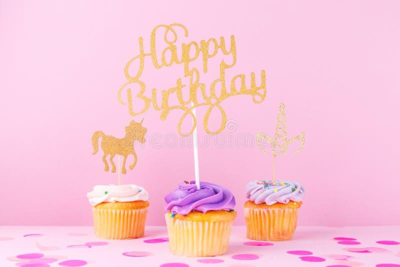 Δημιουργική κάρτα διακοπών φαντασίας κρητιδογραφιών με το cupcake, ευτυχές birthda στοκ φωτογραφίες
