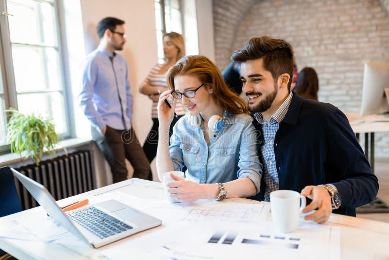 Δημιουργική νέα εργασία επιχειρηματιών και αρχιτεκτόνων στην αρχή στοκ εικόνες