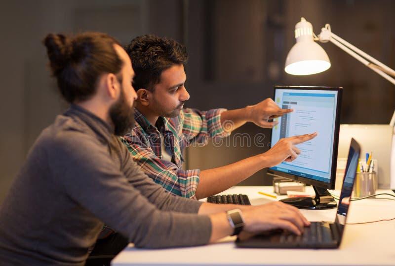 Δημιουργική ομάδα με τον υπολογιστή που λειτουργεί αργά στο γραφείο στοκ φωτογραφία με δικαίωμα ελεύθερης χρήσης