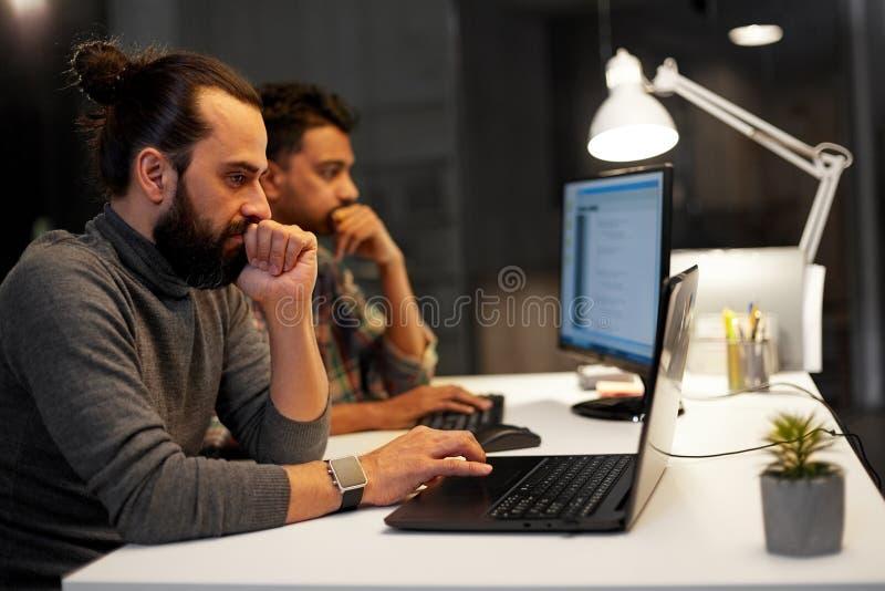 Δημιουργική ομάδα με τον υπολογιστή που λειτουργεί αργά στο γραφείο στοκ φωτογραφίες με δικαίωμα ελεύθερης χρήσης