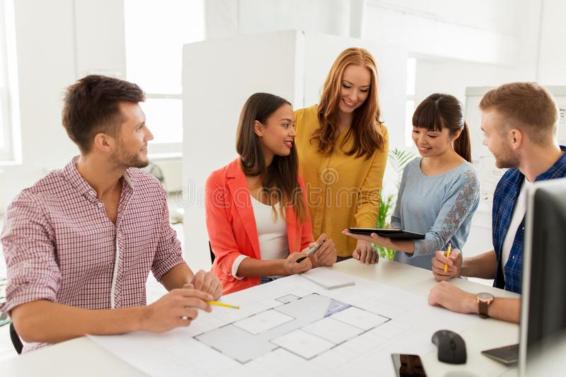 Δημιουργική ομάδα με το σχεδιάγραμμα που λειτουργεί στο γραφείο στοκ φωτογραφία