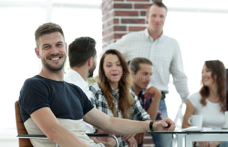 Δημιουργική ομάδα νέων στο γραφείο στοκ εικόνες