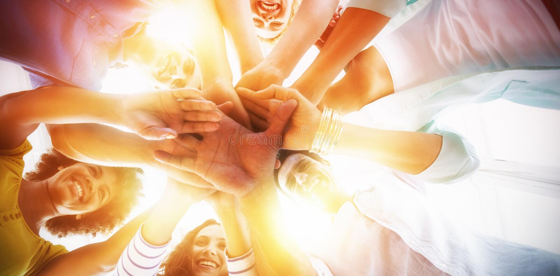 Δημιουργική ομάδα που βάζει τα χέρια τους από κοινού