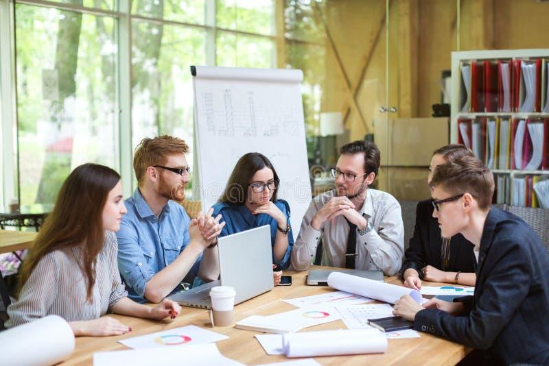 Δημιουργική ομάδα των επαγγελματιών στον πίνακα στοκ εικόνες