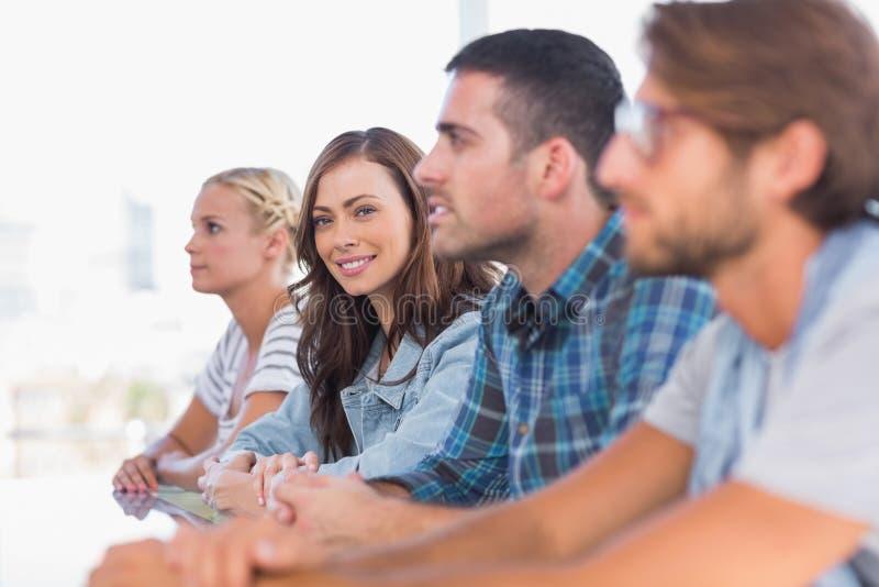 Δημιουργική συνεδρίαση ομάδων σε μια γραμμή με το ένα χαμόγελο γυναικών στοκ εικόνες με δικαίωμα ελεύθερης χρήσης