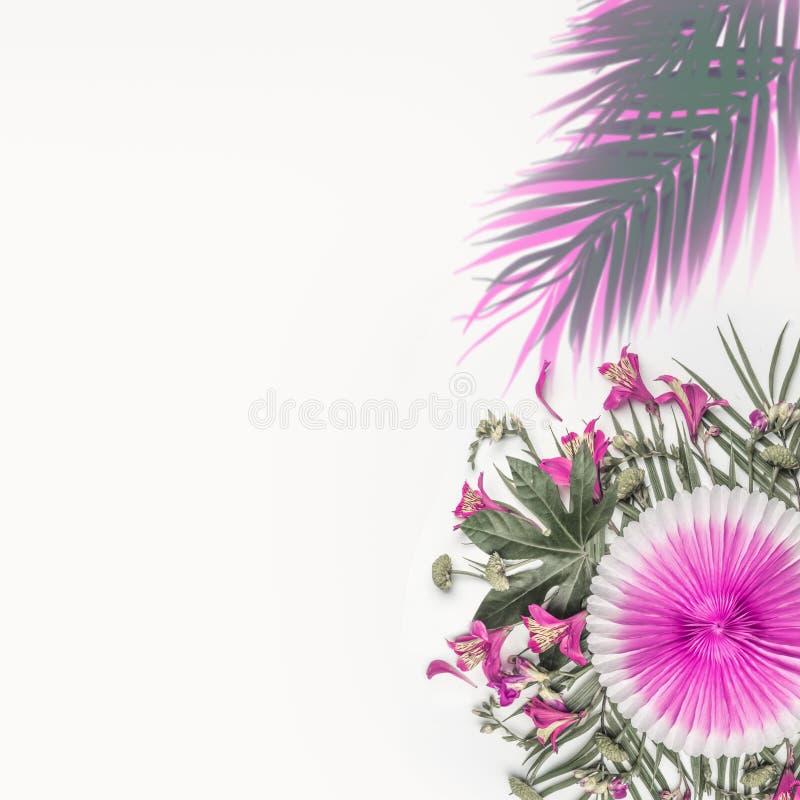 Δημιουργική τροπική σύνθεση με τα εξωτικά λουλούδια, τα φύλλα φοινικών και το ρόδινο ανεμιστήρα εγγράφου κομμάτων στο άσπρο υπόβα στοκ φωτογραφία με δικαίωμα ελεύθερης χρήσης