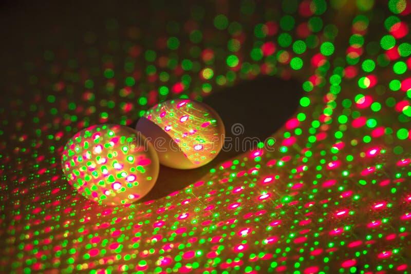 Δημιουργική φωτογραφία των ζωηρόχρωμων αυγών στα φω'τα νέου στο υπόβαθρο στοκ εικόνες με δικαίωμα ελεύθερης χρήσης