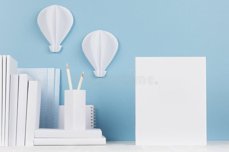 Δημιουργική χλεύη επάνω πίσω στο σχολείο - άσπρα χαρτικά, κενά κενά έγγραφο και origami μπαλονιών ζεστού αέρα στο μαλακό μπλε σκη στοκ φωτογραφία