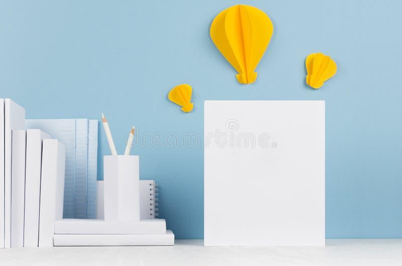 Δημιουργική χλεύη επάνω πίσω στο σχολείο - άσπρα χαρτικά, κενή επικεφαλίδα και κίτρινο origami εγγράφου lightbulbs ως ιδέα σχετικ στοκ εικόνα