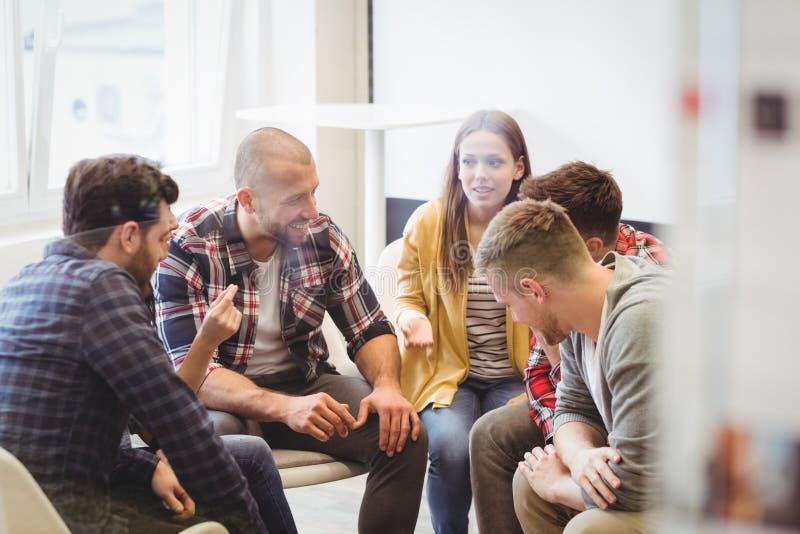 Δημιουργικοί επιχειρηματίες που κάθονται στην αίθουσα συνεδριάσεων στοκ φωτογραφίες με δικαίωμα ελεύθερης χρήσης