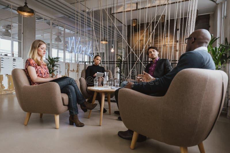 Δημιουργικοί επιχειρηματίες που συζητούν το νέο πρόγραμμα στοκ φωτογραφία με δικαίωμα ελεύθερης χρήσης