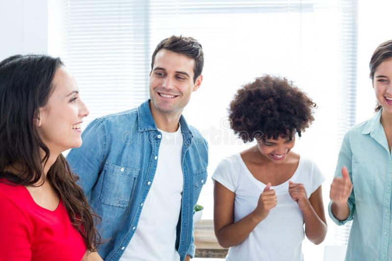 Δημιουργικοί επιχειρηματίες στη συζήτηση στοκ φωτογραφία με δικαίωμα ελεύθερης χρήσης