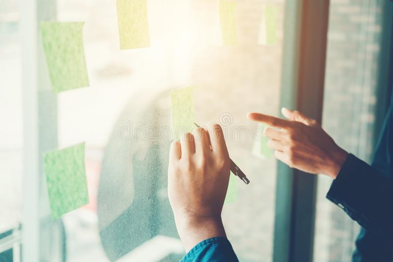 Δημιουργικοί επιχειρησιακός προγραμματισμός ομάδας και σκέψη τις ιδέες για τα succes στοκ εικόνα