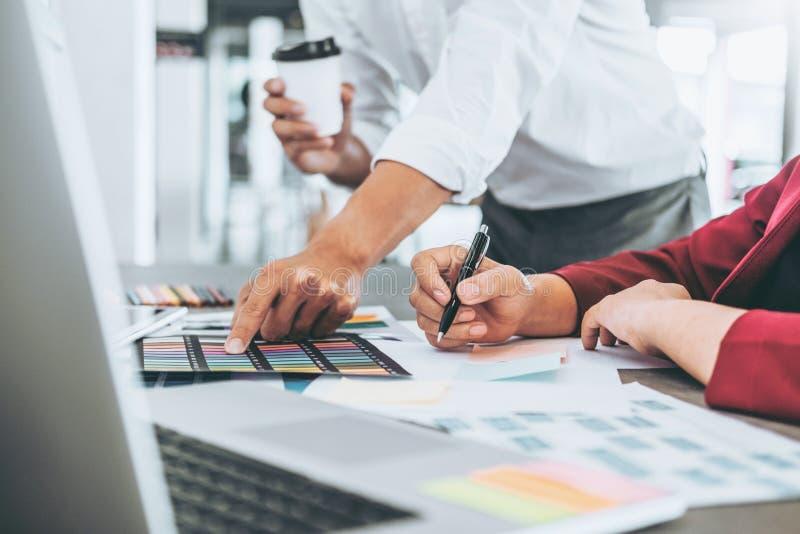 Δημιουργικοί επιχειρησιακός προγραμματισμός ομάδας και σκέψη τις νέες ιδέες για το πρόγραμμα εργασίας επιτυχίας στον καφέ στοκ εικόνα