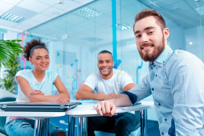 Δημιουργικοί νέοι στο 'brainstorming' στοκ φωτογραφία