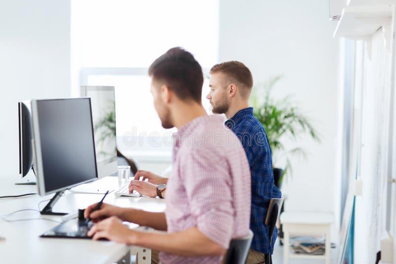 Δημιουργικός άτομο ή σπουδαστής με τον υπολογιστή στο γραφείο στοκ εικόνες