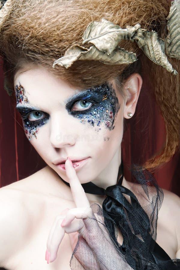 δημιουργικός αποτελέστε τη γυναίκα μεγάλος φωτεινός Ιστός αραχνών σκιών μυστηρίου σεληνόφωτου φωτοστεφάνου ευελιξιών φλογών ρίψης στοκ εικόνα