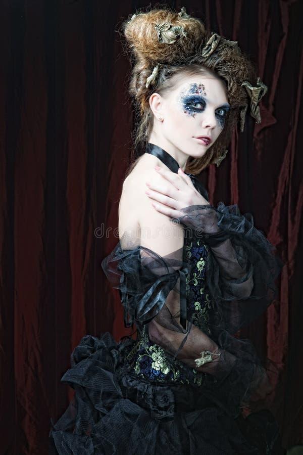 δημιουργικός αποτελέστε τη γυναίκα μεγάλος φωτεινός Ιστός αραχνών σκιών μυστηρίου σεληνόφωτου φωτοστεφάνου ευελιξιών φλογών ρίψης στοκ φωτογραφία με δικαίωμα ελεύθερης χρήσης