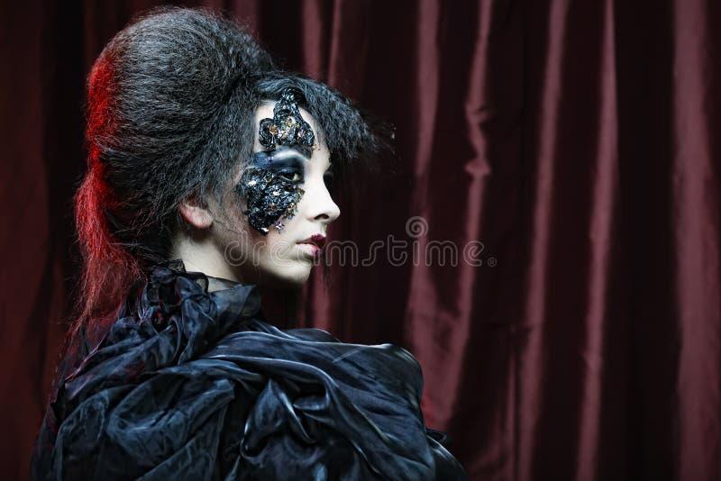 δημιουργικός αποτελέστε τη γυναίκα μεγάλος φωτεινός Ιστός αραχνών σκιών μυστηρίου σεληνόφωτου φωτοστεφάνου ευελιξιών φλογών ρίψης στοκ εικόνες με δικαίωμα ελεύθερης χρήσης