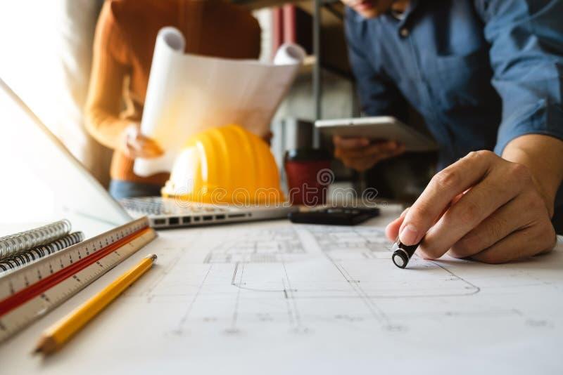 Δημιουργικός αρχιτέκτονας που προβάλλει στα μεγάλα σχέδια στοκ εικόνες