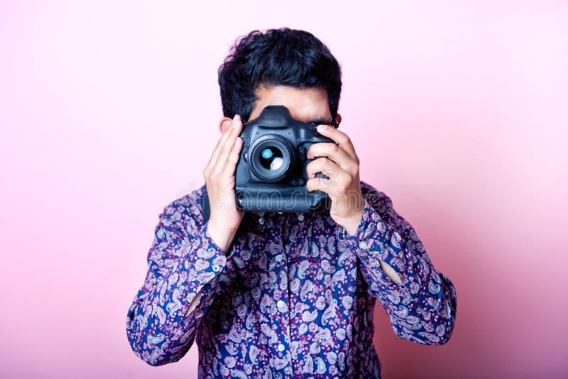 Δημιουργικός ασιατικός φωτογράφος στοκ εικόνες