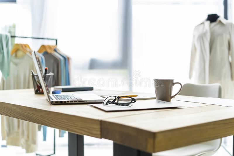Δημιουργικός γραφείο ή εργασιακός χώρος σχεδιαστών μόδας με το ράψιμο του εξοπλισμού, υφάσματα, πρότυπα, σύγχρονος στιλίστας εμπν στοκ εικόνες