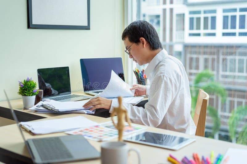 Δημιουργικός γραφικός λειτουργώντας υπολογιστής γραφείου σχεδίου, αρχιτέκτονες που επιλέγει τα δείγματα χρώματος στοκ φωτογραφία με δικαίωμα ελεύθερης χρήσης
