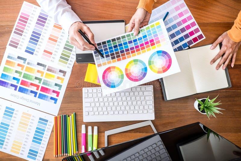 Δημιουργικός γραφικός σχεδιαστής δύο συναδέλφων που εργάζεται στην επιλογή χρώματος και swatches χρώματος, που επισύρουν την προσ στοκ φωτογραφίες με δικαίωμα ελεύθερης χρήσης