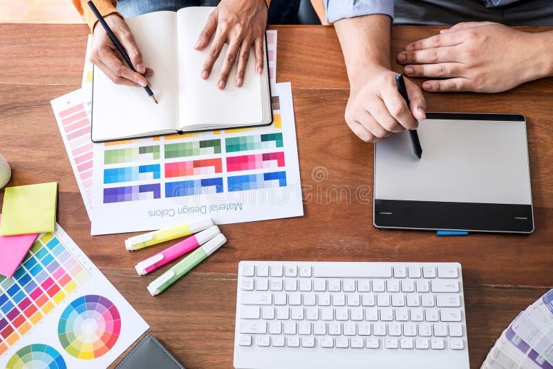 Δημιουργικός γραφικός σχεδιαστής δύο συναδέλφων που εργάζεται στην επιλογή χρώματος και swatches χρώματος, που επισύρουν την προσ στοκ εικόνες με δικαίωμα ελεύθερης χρήσης
