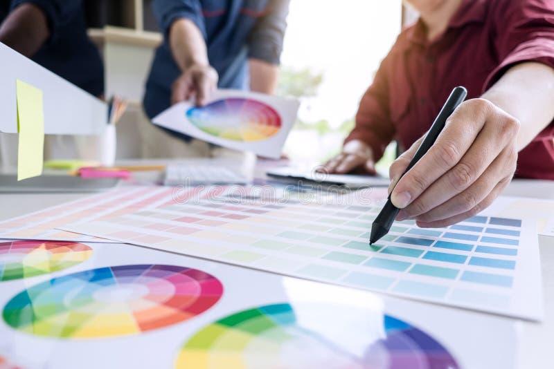 Δημιουργικός γραφικός σχεδιαστής δύο συναδέλφων που εργάζεται στο selecti χρώματος στοκ εικόνες