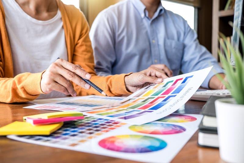 Δημιουργικός γραφικός σχεδιαστής δύο συναδέλφων που εργάζεται στο χρώμα επίλεκτο στοκ φωτογραφίες με δικαίωμα ελεύθερης χρήσης