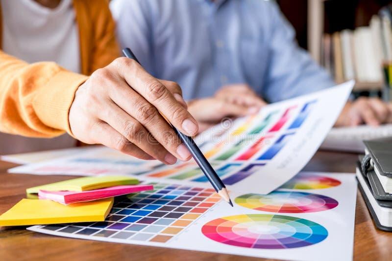 Δημιουργικός γραφικός σχεδιαστής δύο συναδέλφων που εργάζεται στο selecti χρώματος στοκ φωτογραφία με δικαίωμα ελεύθερης χρήσης