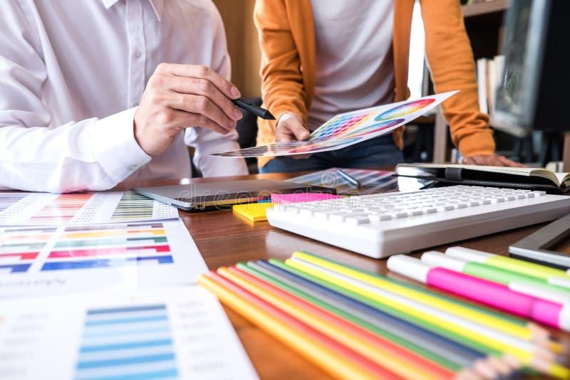 Δημιουργικός γραφικός σχεδιαστής δύο συναδέλφων που εργάζεται στο selecti χρώματος στοκ εικόνες με δικαίωμα ελεύθερης χρήσης