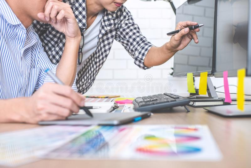 Δημιουργικός γραφικός σχεδιαστής δύο συναδέλφων που εργάζεται στο χρώμα επίλεκτο στοκ εικόνα με δικαίωμα ελεύθερης χρήσης