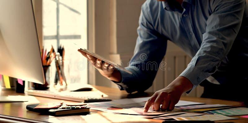 Δημιουργικός γραφικός σχεδιαστής που εργάζεται με την ταμπλέτα στοκ φωτογραφίες