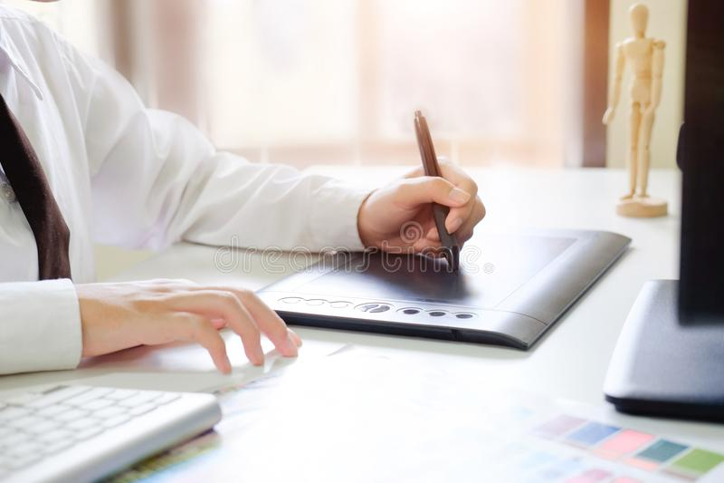 Δημιουργικός γραφικός σχεδιαστής που εργάζεται με την ψηφιακές ταμπλέτα και τη μάνδρα στοκ εικόνες με δικαίωμα ελεύθερης χρήσης
