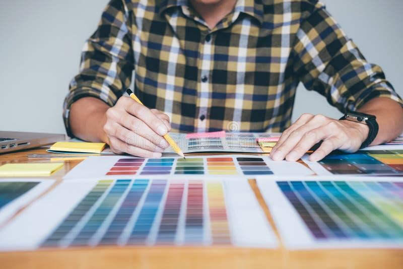 Δημιουργικός γραφικός σχεδιαστής που χρησιμοποιεί την ταμπλέτα γραφικής παράστασης στην επιλογή του colo στοκ φωτογραφία με δικαίωμα ελεύθερης χρήσης