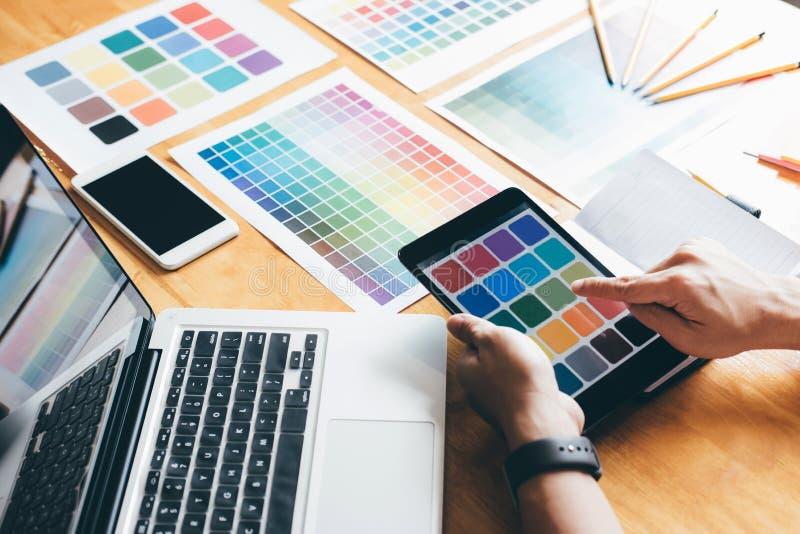 Δημιουργικός γραφικός σχεδιαστής που χρησιμοποιεί την ταμπλέτα γραφικής παράστασης στην επιλογή του colo στοκ φωτογραφίες με δικαίωμα ελεύθερης χρήσης